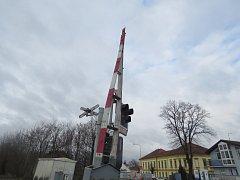 Zahraniční řidič nákladní soupravy vjel ve Slaném na koleje v době, kdy byla spuštěna výstraha i závory. Ty přerazil a ujel.