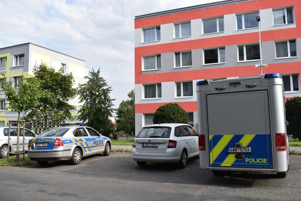 V Tomanově ulici ve Slaném nalezli ve středu 21. července ženu bez známek života.