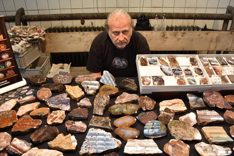 Burza minerálů a fosílií v hornickém skanzenu.