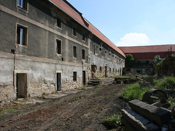 Součástí zámku je také hospodářská usedlost