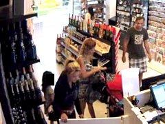 Záběry skupiny podezřelé z krádeže cigaret.