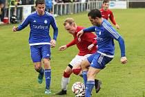 Tuchlovice porazily v derby Slaný 4:2. Tady je mezi hostujícími obránci Michal Cabejšek.