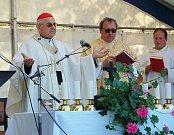 Novou kapličku Jména Panny Marie přijel v sobotu do Kamenných Žehrovic vysvětit kardinál Miroslav Vlk.