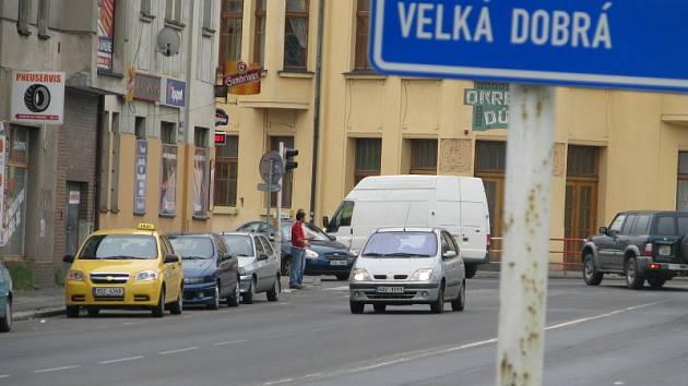 Neznámý pachatel v modrém osobním voze od nehody ujel, pomozte ho najít.