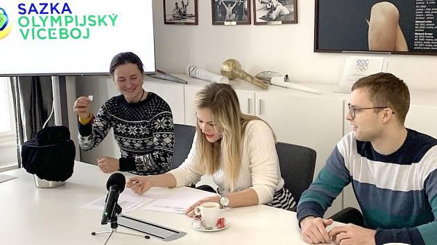 Vítězné školy vylosovali v budově Českého olympijského výboru biatlonistka Veronika Vítková (vlevo) a handicapovaný sportovec Martin Dvořák.