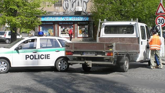 JEDENAČTYŘICETILETÁ řidička ve čtvrtek po dvanácté hodině zavinila srážku tří vozidel v Kubelíkově ulici v Kladně.