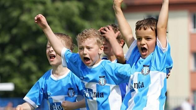 Radující se malí fotbalisté - každopádně ta nejlepší fotbalová podívaná.