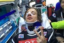 Kladenský snowboardista Petr Horák přpi převozu do korejské nemocnice.