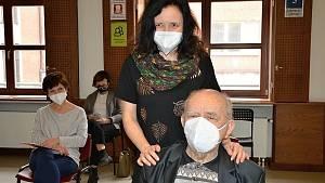 Očkování pedagogů a seniorů 70+ ve slánském očkovacím centru Grand