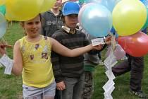 Každé z dětí si přálo, aby zrovna ten jeho balonek doletěl co nejdál.