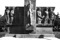 POMNÍK KLADENSKÝM PADLÝM a nezvěstným rakousko–uherským vojákům a legionářům, jehož základy byly na dnešním náměstí Svobody položeny 8. července 1928.