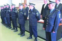 SEDM NOVÝCH STRÁŽNÍKŮ městské policie tento týden složilo slavnostní slib před zastupiteli.