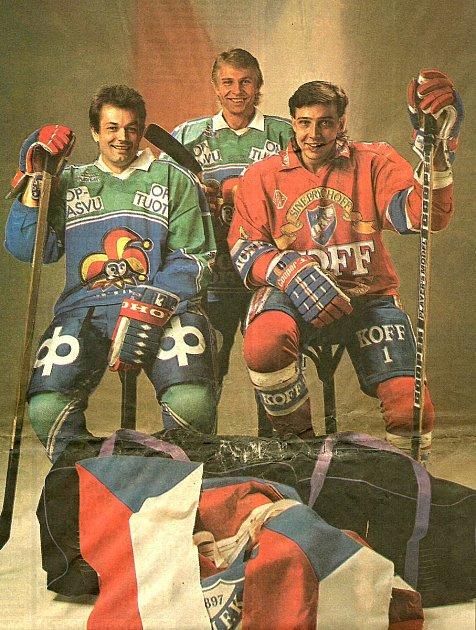 Drahomír Kadlec vdresu IFK Helsinki (vpravo) stehdejšími soky zJokeritu Helsinky Mojmírem Božikem a Františkem Procházkou.