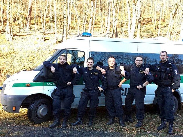 TŘETÍ SMĚNA oddělení hlídkové služby kladenské policie. Petr Žebro je druhý zleva