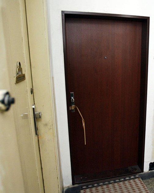Při vloupání výtečník poničil dveře