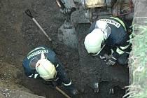 Ve stísněném prostoru se mohly v krátkých intervalech střídat pouze dvě dvojice hasičů. Záchranáři zde pracovali i přes hrozící nebezpečí závalu. Několik metrů čtverečních zámkové dlažby totiž nad nimi viselo ve volném prostoru kaverny, vzniklé po uvolněn