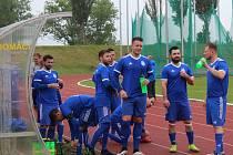 SK Kladno (v bílém) nečekaně vyhrálo na hřišti SK Slaný vysoko 7:1.