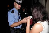 Rozsáhlou kontrolní akci zaměřenou na podávání alkoholu mladistvým provedli v pátek večer kladenští strážníci celkem v 15 restauracích, barech a hernách.