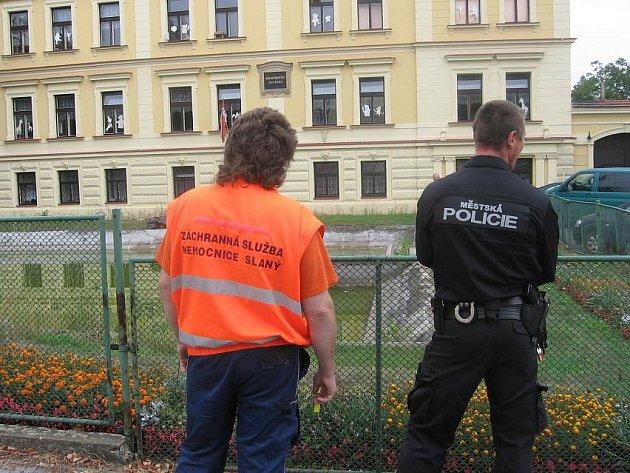 Mrtvolu objevili v požární nádrži u Mateřské školy U labutí ve Slaném.
