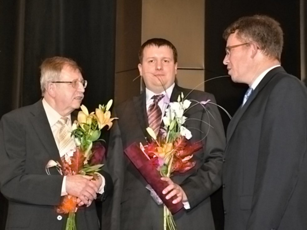 CENU VLASTIMILA KYBALA předávali ve Slaném letos poprvé. Předána byla dvěma významným slánským rodákům. Prvním oceněným je profesor Josef Žemlička (vlevo). Karel Křesadlo, zastoupený synem Miroslavem (uprostřed).