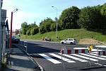 Křižovatka u mostu už má nový povrch.