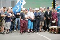 K ZHRUBA DVĚMA STŮM zaměstnanců promluvil předseda odborové rady Poldi Richard Mosr. Přečetl otevřený dopis, který následně předal vedení.