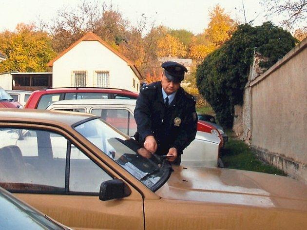 Policisté dlouhodobě upozorňují řidiče, například prostřednictvím letáků vkládaných za stěrače, aby ve svých vozech nenechávali žádné cennosti. Jejich snaha se ale často míjí účinkem.
