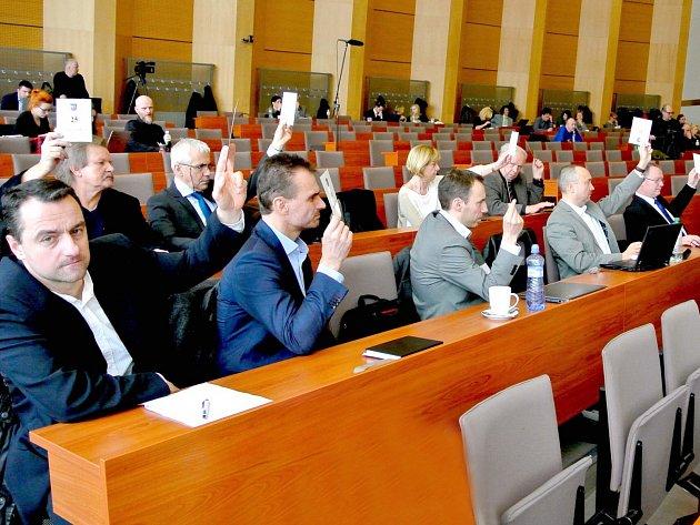 KOALIČNÍ ZASTUPITELÉ podle očekávání podpořili návrh rozpočtu města Kladna pro letošní rok předložený radou.