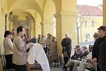 Starosta Slaného Ivo Rubík při čtení z bible