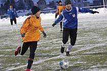 Tuchlovice přejely Jílové 5:0, ale výsledek přeceňovat nemohou, jak dokazuje snímek Pavla Hafenrichtera (vpravo) s opravdu mladičkým hráčem soupeře.