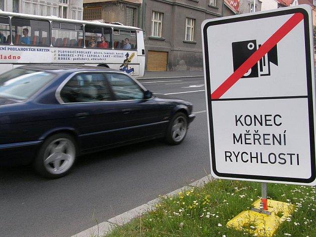 Dopravní značky začátek a konec měření rychlosti v Kladně najdete jen v úseku od křižovatky ulic Cyrila Boudy a Petra Bezruče ke křižovatce u Kokosu na Sítné.