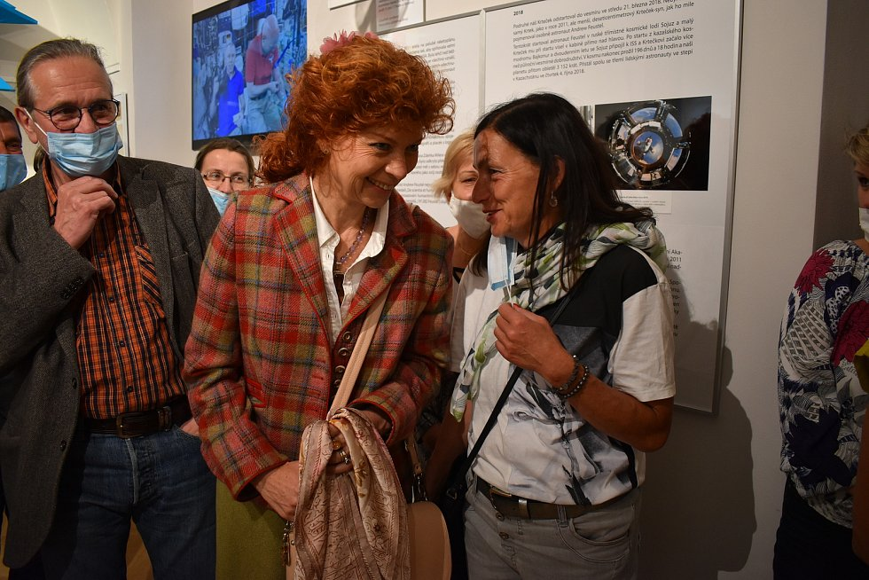 Dcera výtvarníka, Kateřina Miler, s kurátorkou výstavy Pavlou Petrákovou Slancovou.