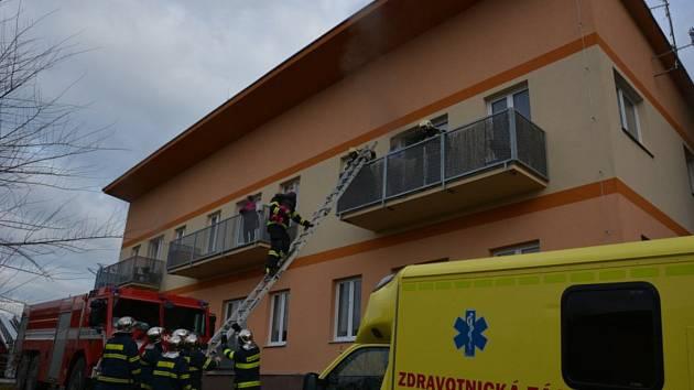 Rodině ze Srb vyhořel byt. Vánoce stráví nejspíše u příbuzných.