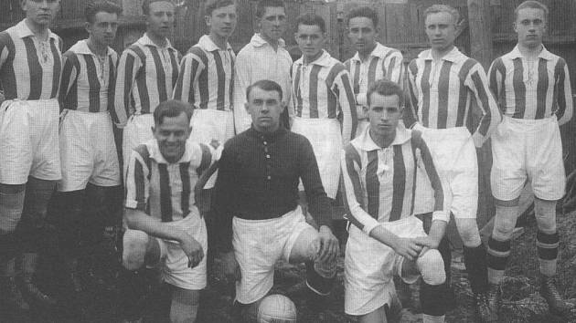 Slavné mužstvo Kročehlav z roku 1927.