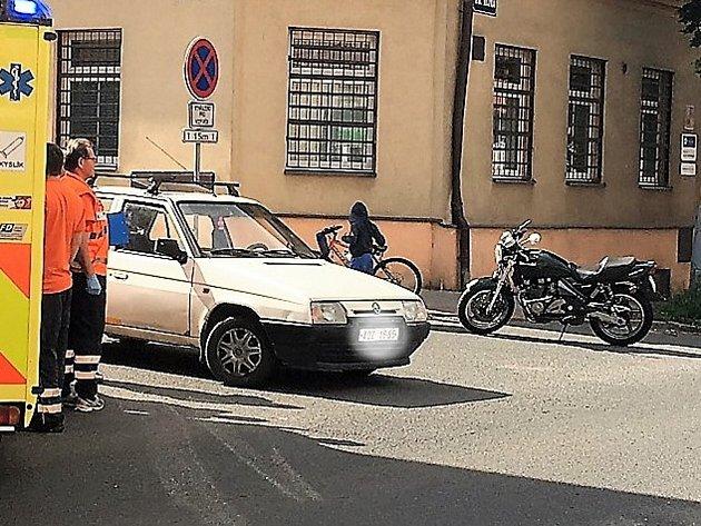 V Kladně se srazil favorit s motorkou, zranění nejsou vážná.