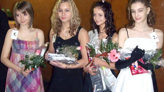 Čtyři nejlepší soutěžící základního kola Dívky roku. Zleva čtvrtá Lucie Šedová, třetí Veronika Labounková, vítězka Sabina Krausová a druhá Martina Vaňková.