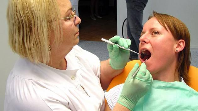 Zubní ambulance v kladenské nemocnici je vybavena dvěma stomatologickými křesly a moderním laserem, podle ředitelky zdravotnického zařízení prvním ve Středočeském kraji.