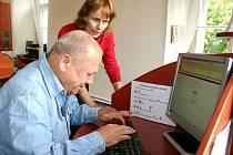 PŘIPOJENÍ K INTERNETU ZDARMA mají návštěvníci slánské knihovny už několik let. Celkem i s pobočkou Na Dolíkách mají Slaňáci deset míst, která mohou k surfování po síti denně využít. Pro některé uživatele by mohla být po zpoplatnění služba nedostupná.