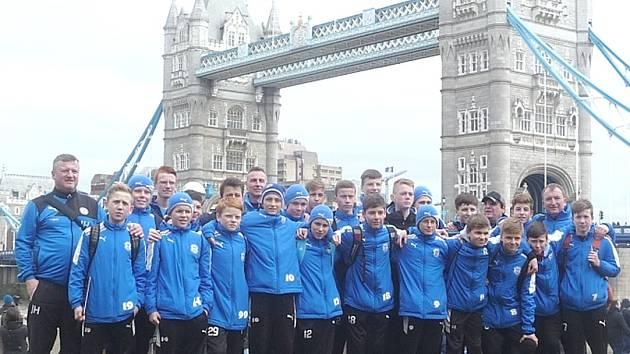 Žáci SK Kladno před Tower Bridge v Londýně, kde si zahráli s West Ham United.