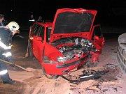 Třiatřicetiletý řidič ve čtvrtek před druhou hodinou ranní havaroval na kruhovém objezdu ve Stochově.