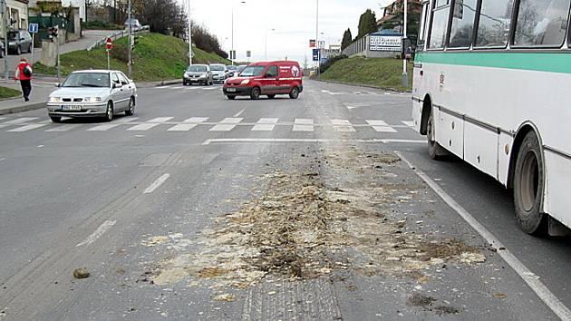 Náklad z Tatry znečišťoval vozovku.