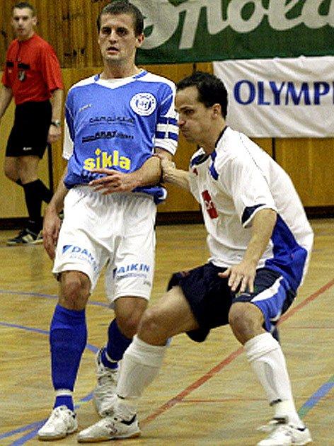 David Müller (vlevo) v I. lize zůstane, Kladno ho pustilo na hostování do Zruče.