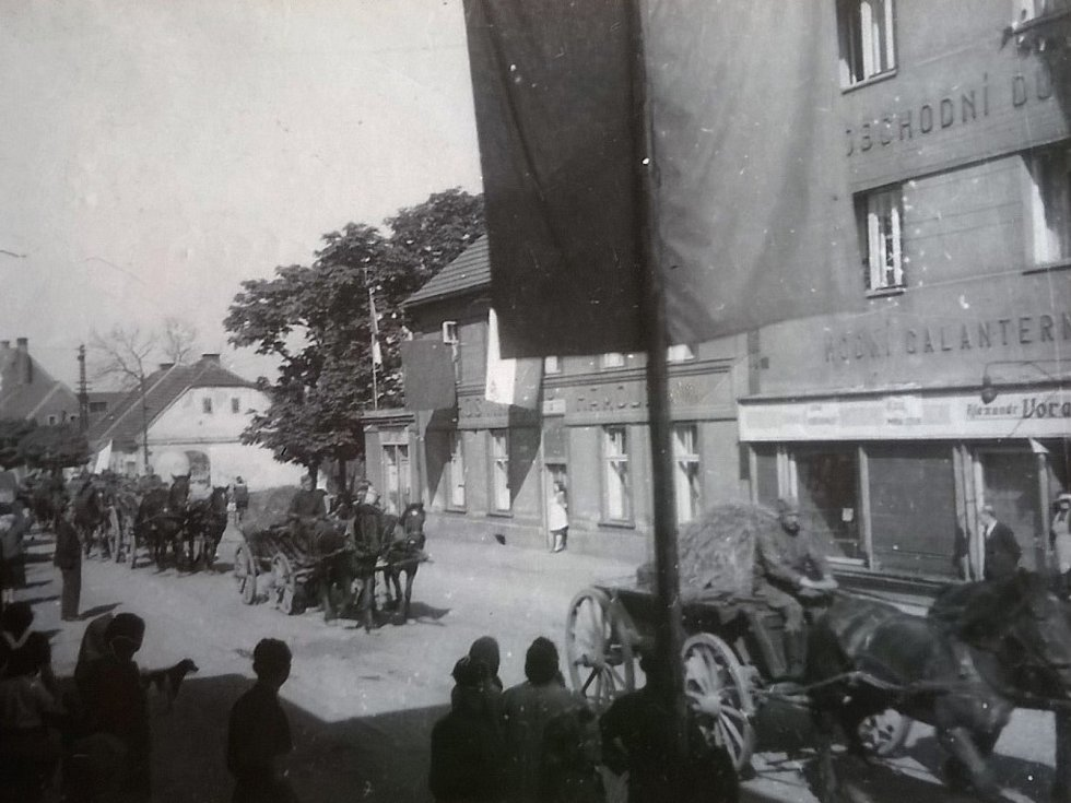 Vojáci Rudé armády přijíždějí 6. května 1945 od Kamenných Žehrovic do Doks