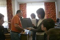 Kladenští gymnazisté předali nevidomým dar - mluvící váhu