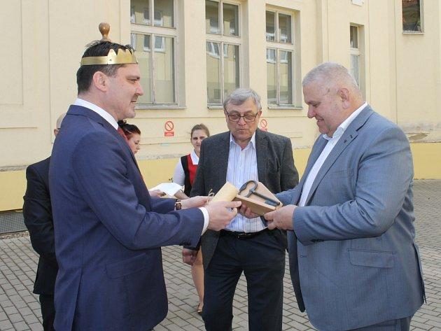 Starosta Slaného Martin Hrabánek (vlevo) předává středočeskému hejtmanovi Miloši Peterovi symbolický klíč od královského města.