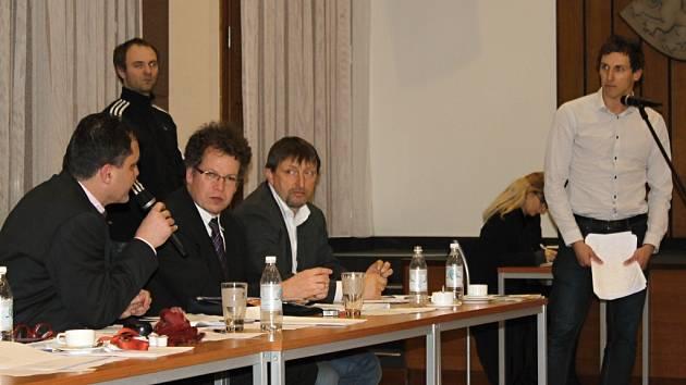 Jan Snovický jako zástupce 17 organizací prosazujících výstavbu multifunkční haly ve Slaném. Zastupitele svým vystoupením o potřebnosti haly nepřesvědčil.