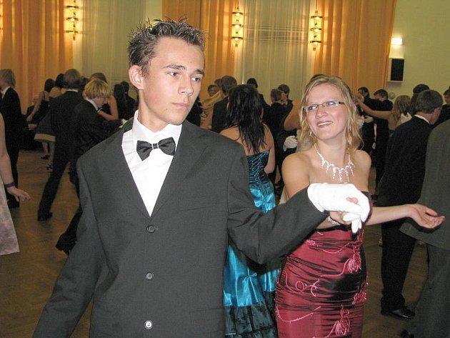 Mladým lidem se v kladenském kulturáku líbí, stěžují si kromě jiného na to, že při tanci je na parketu příliš plno.