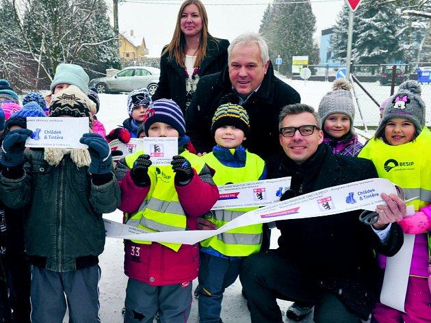 Tuchlovické děti při slavnostním otevření Hornické ulice.
