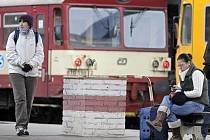 Cestující se místo vlaky povezou autobusy.