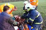 Příslušníci jednotky hasičského záchranného sboru ze Slaného poskytovali do příletu vrtulníku a příjezdu záchranné služby zraněným osobám neodkladnou předlékařskou péči.